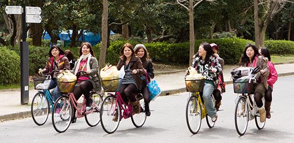 Filles nues à vélo