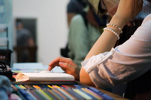 Sue Park à sa table à dessin